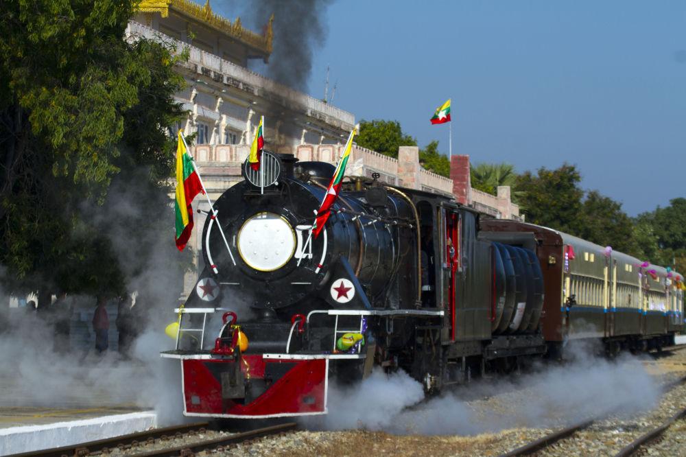 Una locomotiva a vapore a Bagan, Birmania.