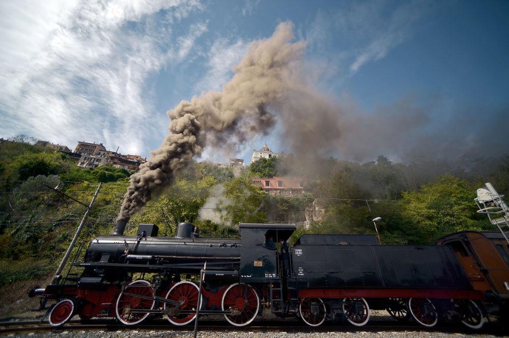 Una locomotiva parte dalla stazione di Città del Vaticano verso la stazione di Castel Gandolfo.