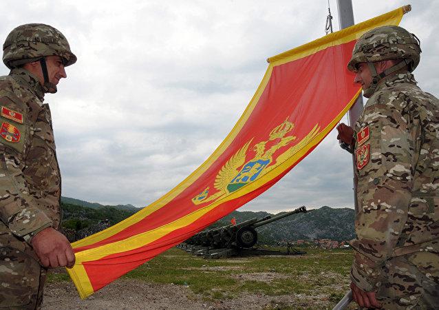 Militari con la bandiera del Montenegro