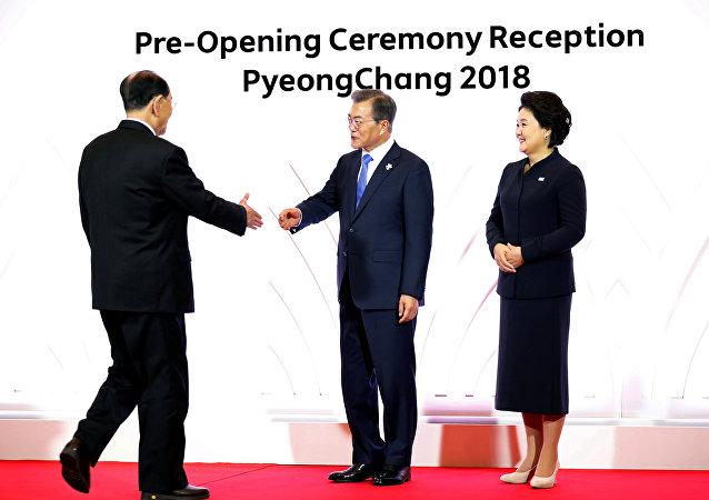 Stretta di mano tra presidenti delle due Coree