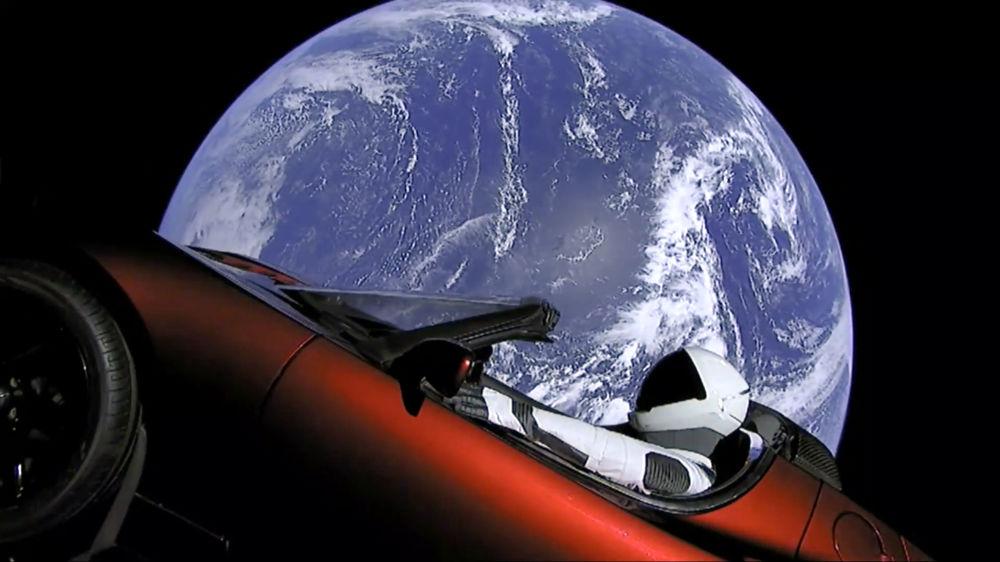 SpaceX ha lanciato il razzo Falcon Heavy che ha portato nello spazio la vettura sportiva elettrica Tesla Roadster.