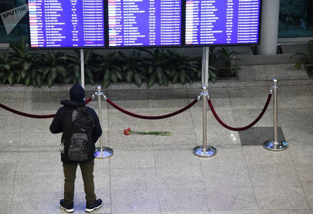L'aereo è precipitato domenica pochi minuti dopo il decollo dall'aeroporto di Mosca Domodedovo. Tutti i 65 passeggeri e sei membri dell'equipaggio sono morti.