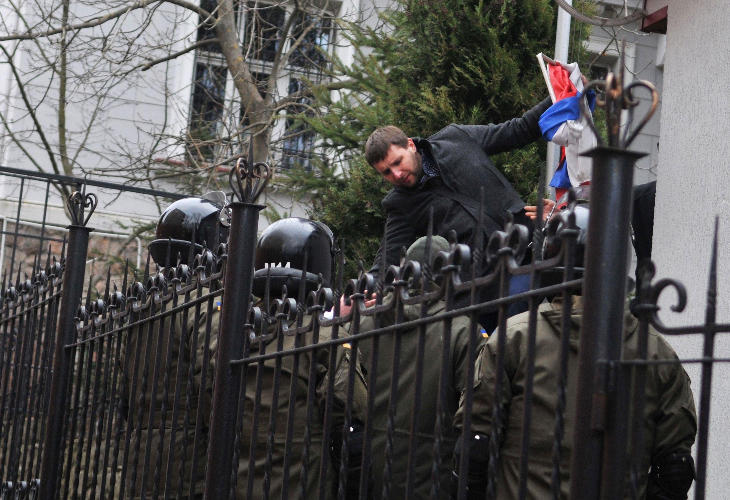 Vladimir Parasyuk toglie la bandiera russa dal Consolato generale di Russia a Leopoli