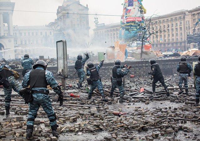 Agenti della polizia antisommossa in Piazza Maidan