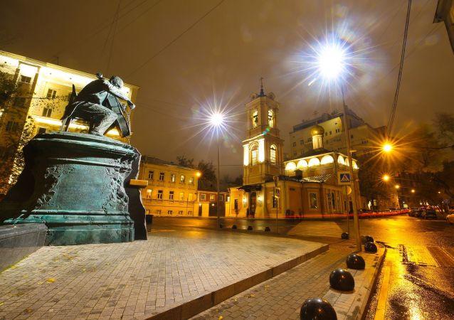 Un suggestivo angolo di Mosca fotografato di notte