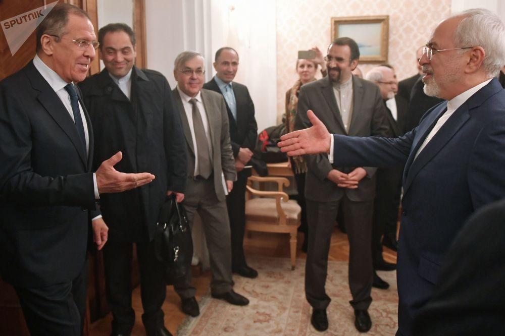 Il ministro degli Esteri russo Sergei Lavrov e il suo omologo iraniano Muhammad Javad Zarif a Mosca.