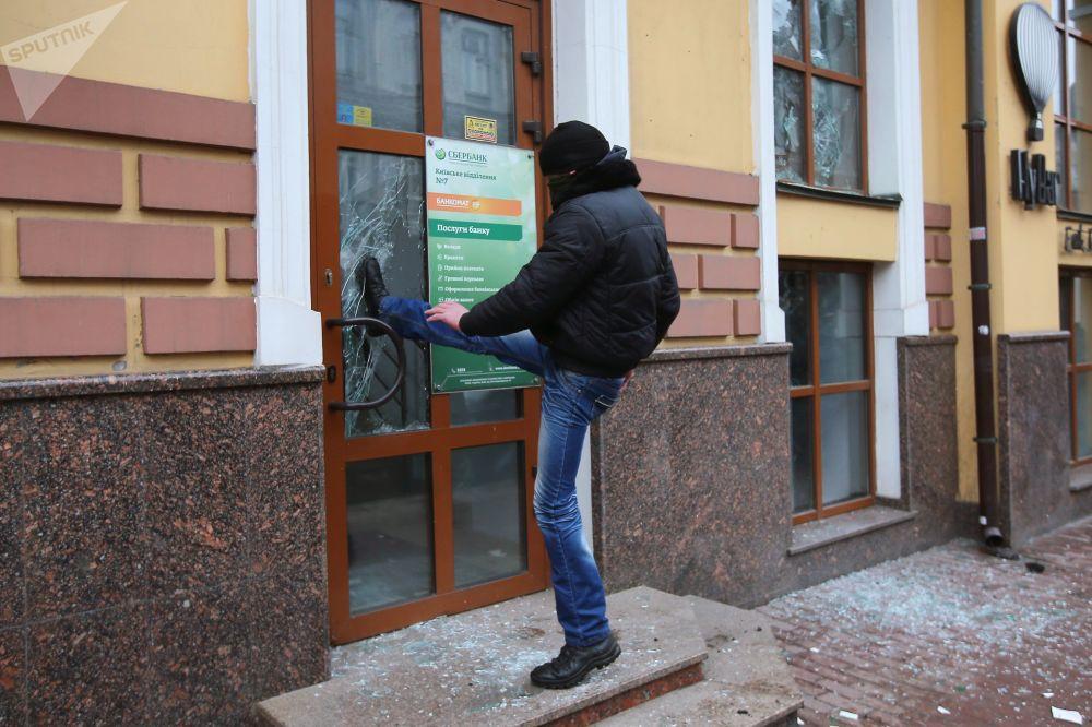 Un radicale batte la sede di Sberbank a Kiev.