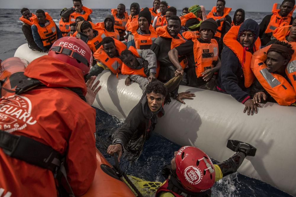I migranti vengono salvati dai dipendenti dell'organizzazione spagnola Proactiva Open Arms sulle coste libiche.