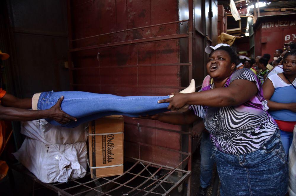 Venditori cercano di salvare le loro merci dall'incendio al mercato a Port-au-Prince