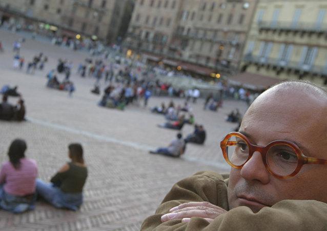 Uomo pensieroso in piazza del Campo a Siena
