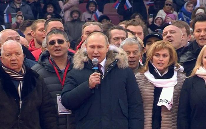 Putin canta l'inno