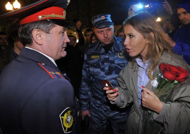 Телеведущая Ксения Собчак общается с сотрудником полиции во время акции оппозиции на Кудринской площади в Москв
