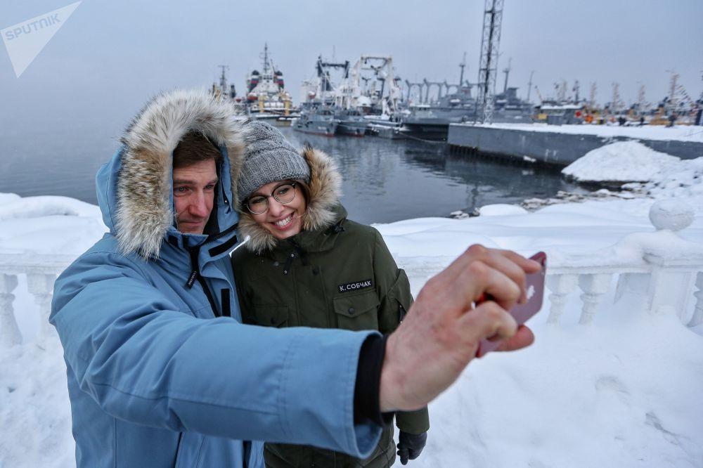 La conduttrice televisiva e la candidata alle presidenziali Ksenia Sobchak e il membro della sua squadra Anton Krasovsky sullo sfondo delle navi a Severnomorsk nella regione di Murmansk.