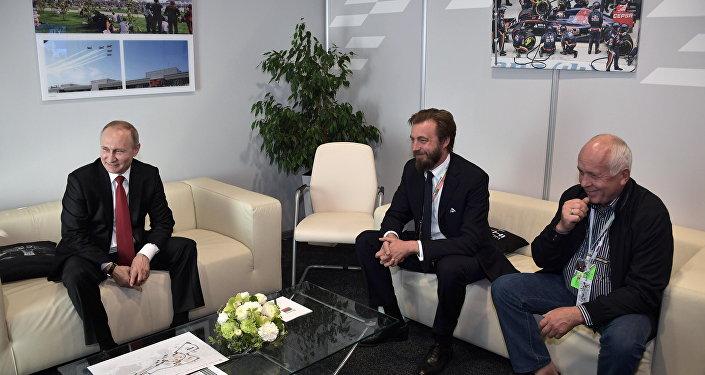 Vladimir Putin (a sx) ed Aimone di Savoia-Aosta al GP di Russia di Sochi