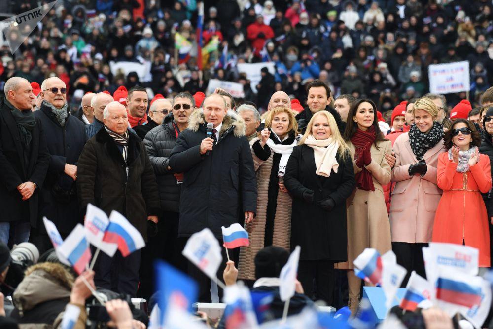 Il candidato alla presidenza Vladimir Putin alla manifestazione Per una Russia forte nello stadio Luzhniki.