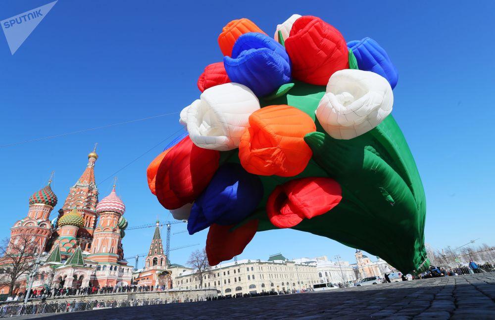 Un mazzo di tulipani aerostatico nella piazza Vasilevsky Spusk vicino al Cremlino a Mosca.