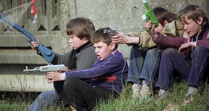 Bambini che giocano alla guerra