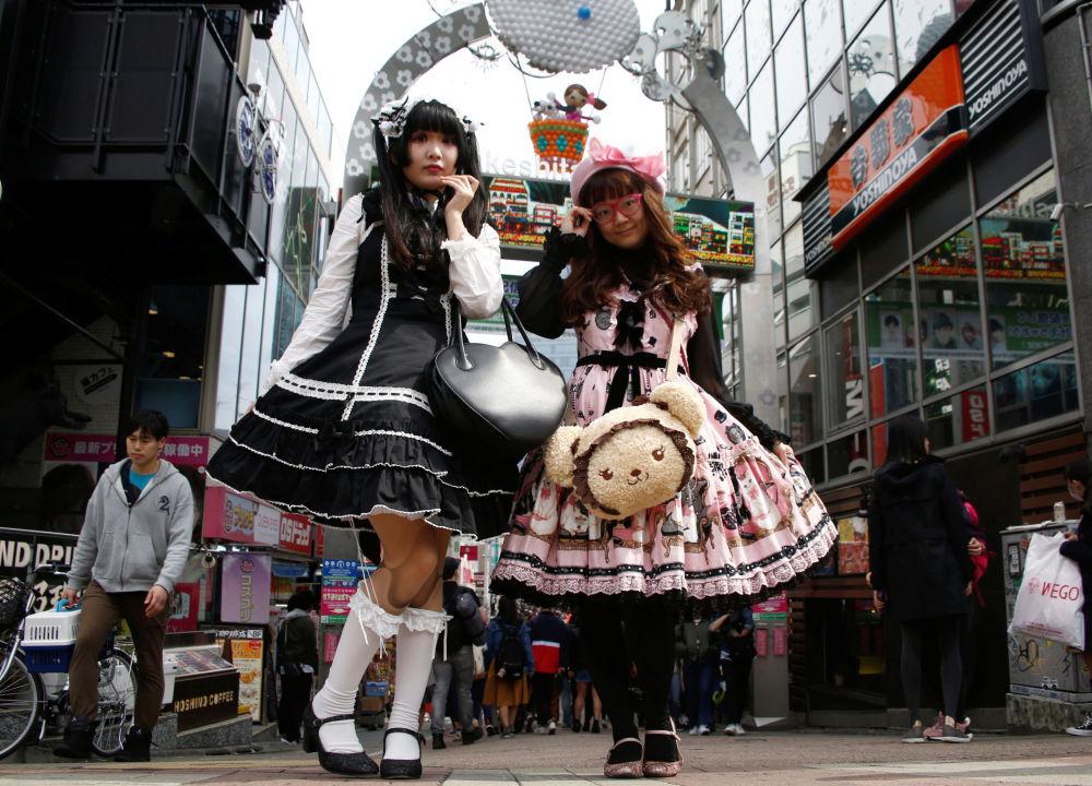 Due ragazze giapponesi posano per delle foto a Tokyo.