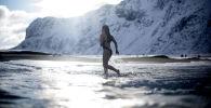Una ragazza fa una nuotata a Unstad, Norvegia del Nord.
