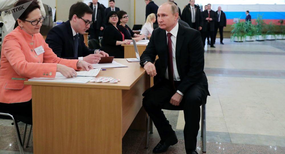 Vladimir Putin vota alle Elezioni Russe