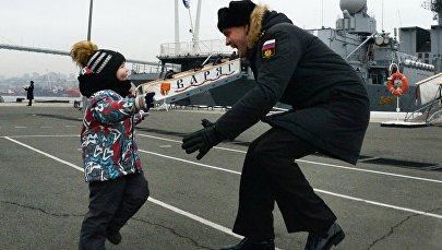 Un ufficiale in servizio sull'incrociatore Ammiraglio Panteleev abbraccia suo figlio al ritorno nel porto di Vladivostok dopo una missione.