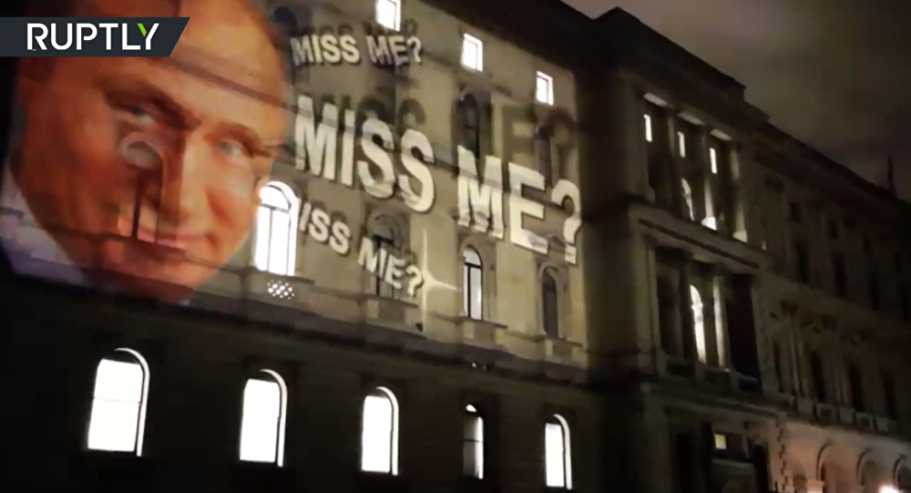 Il volto di Putin sorridente sulla facciata del ministero degli Esteri britannico