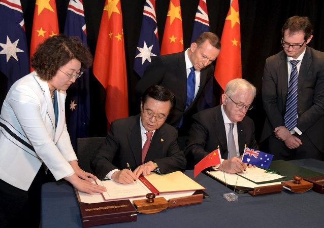 Primo ministro australiano Tony Abbott e ministro cinese di commercio Gao Hucheng firmano un accordo