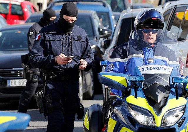 I gendarmi francesi vicino al supermercato dopo la presa degli ostaggi a Trebes, Francia.