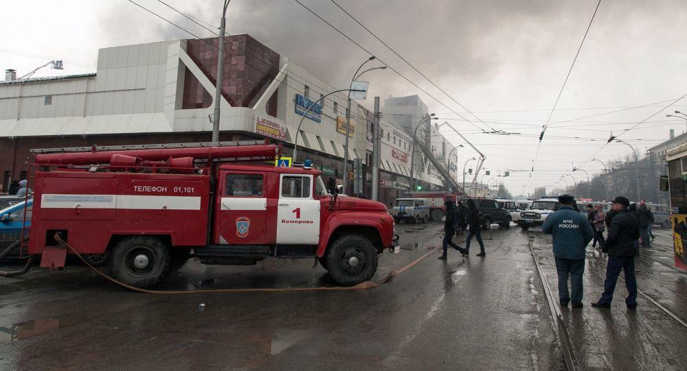 L'incendio nel centro commerciale Zimnyaya Vishnya a Kemerovo