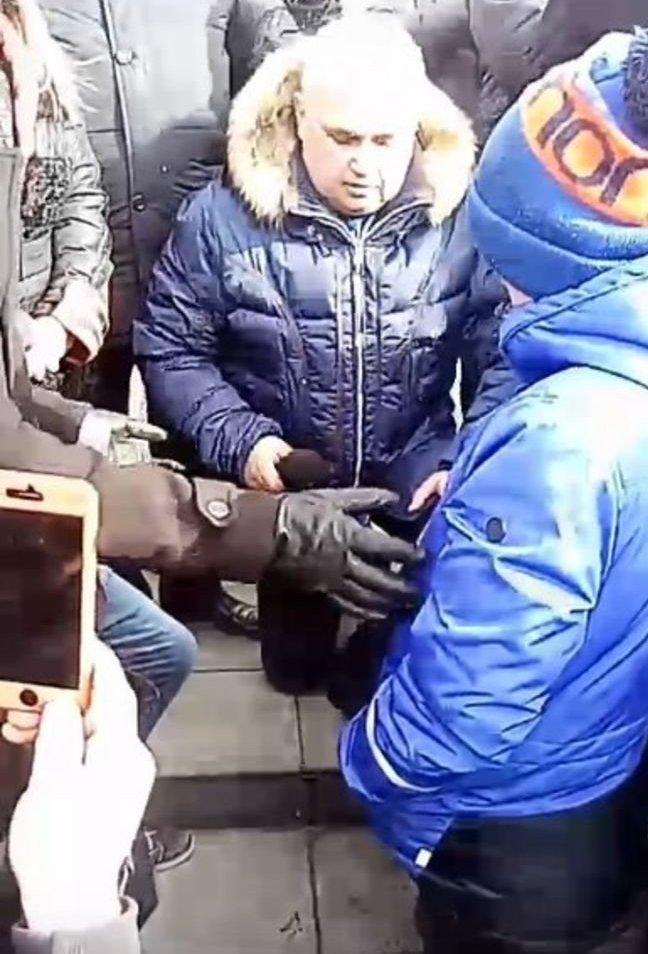Il vice-governatore del Kuzbass Sergei Zivilev ha chiesto scusa in ginocchio ai cittadini per la tragedia nel centro commerciale.
