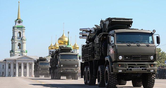 Mezzi di artiglieria sfilano a Tula alla parata del 9 maggio 2016