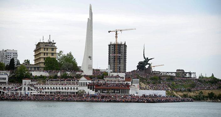 Lo spazio da dove vedere la parata navale a Sebastopoli non manca