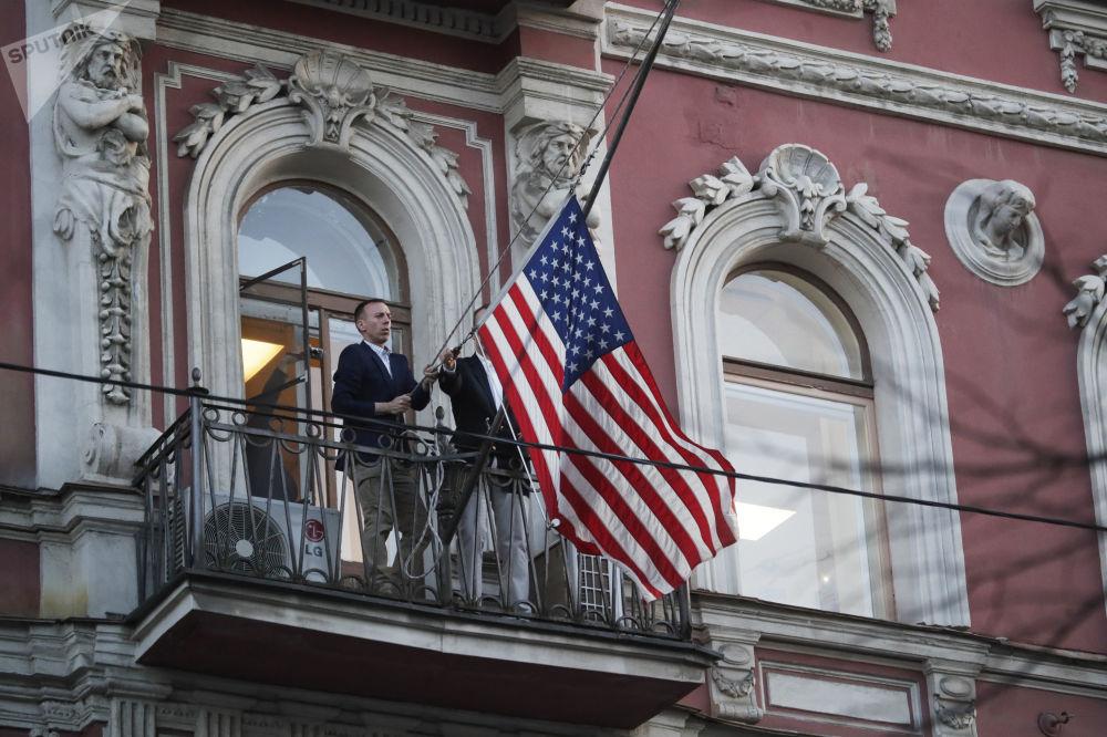 La bandiera americana viene tolta dalla sede del consolato generale USA a San Pietroburgo.