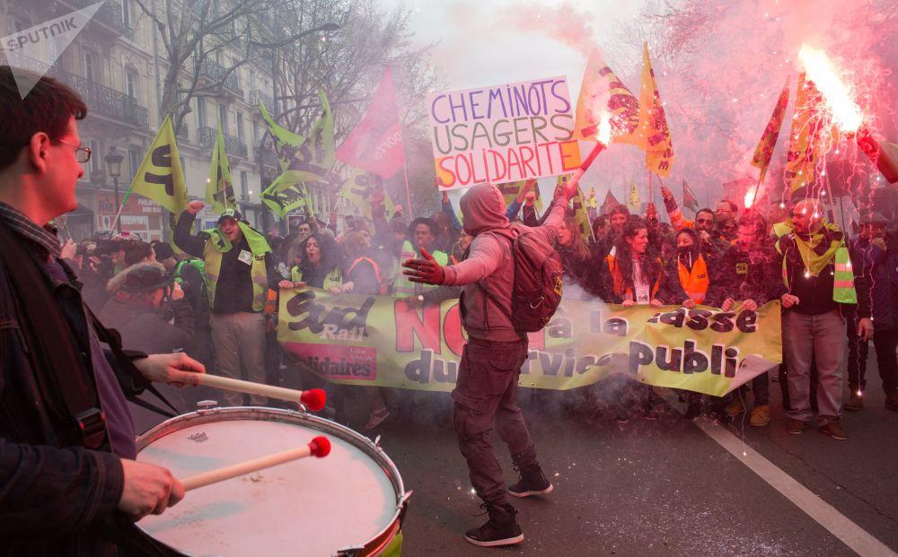 La manifestazione dei ferrovieri e studenti a Parigi.