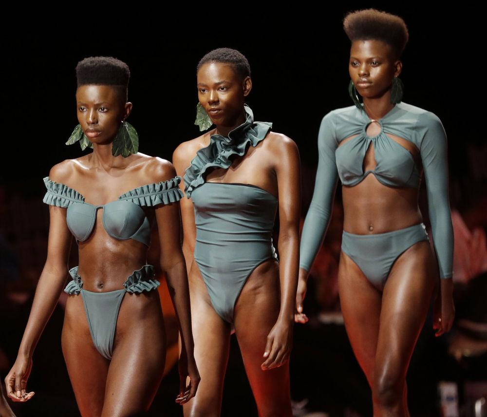 Le modelle alla sfilata della Fashion Week a Lagos, Nigeria.