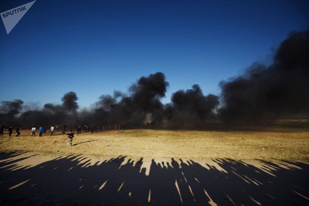 I palestinesi manifestanti si scontrano con i militari israeliani al confine tra la striscia di Gaza e Israele.