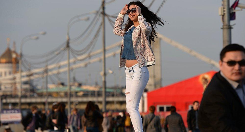 Una ragazza si gode l'anticipo d'estate a Mosca