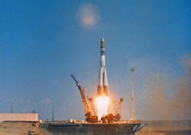 La partenza del razzo-vettore Vostok a bordo del quale, sulla navetta Vostok-1 volò nello spazio Yuri Gagarin