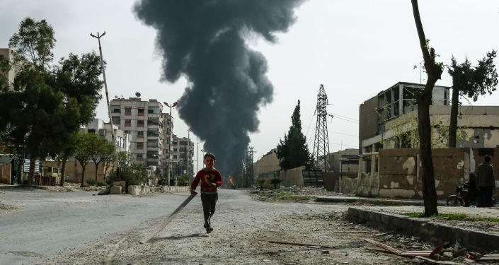 Un bambino tra le strade di Douma