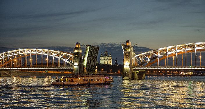 San Pietroburgo: la Neva e, sullo sfondo, la chiesa di San Nicola dei Marinai in piena notte (ponte aperto)