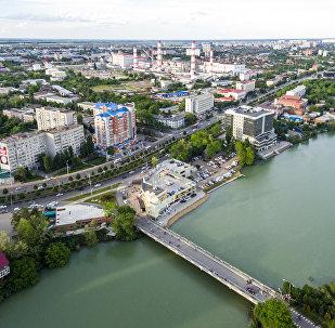 Solnechny Ostrov (Isola insoleggiata) Park e lago Staraya (vecchio) Kuban a Krasnodar. (Foto d'archivio)