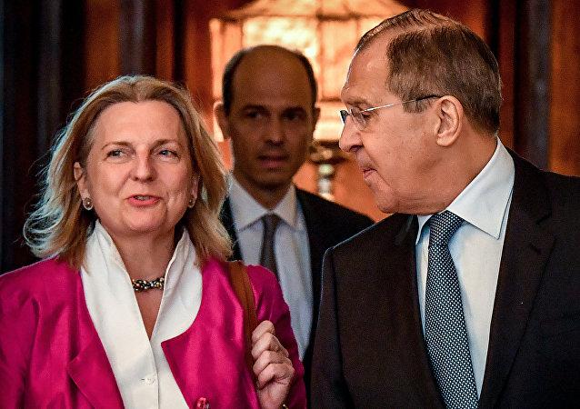 Il ministro degli Esteri russi Sergei Lavrov e la sua controparte austriaca Karin Kneissl si incontrano a Mosca il 20 aprile 2018
