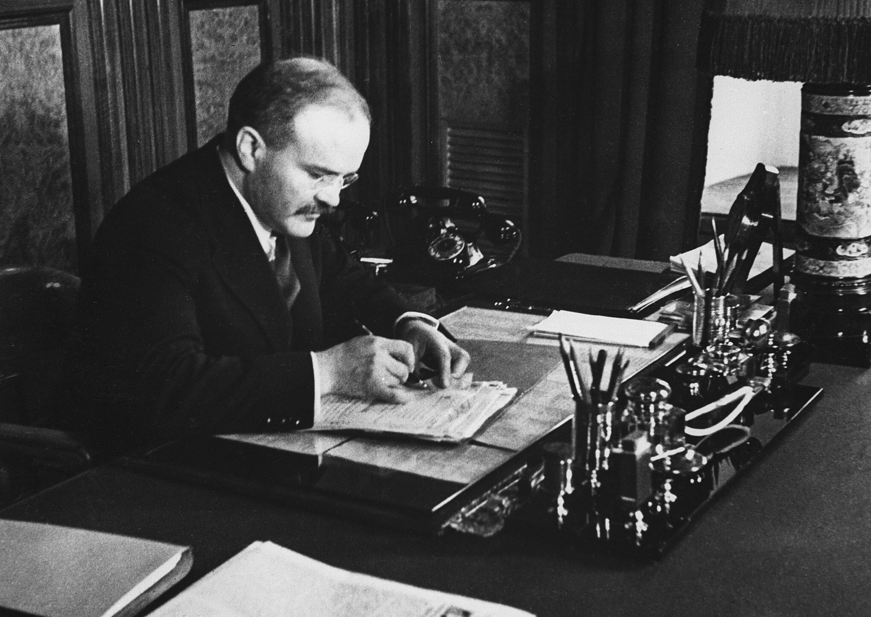 Vjačeslav Molotov (1890 - 1986), ministro degli affari esteri dell'URSS, al lavoro.