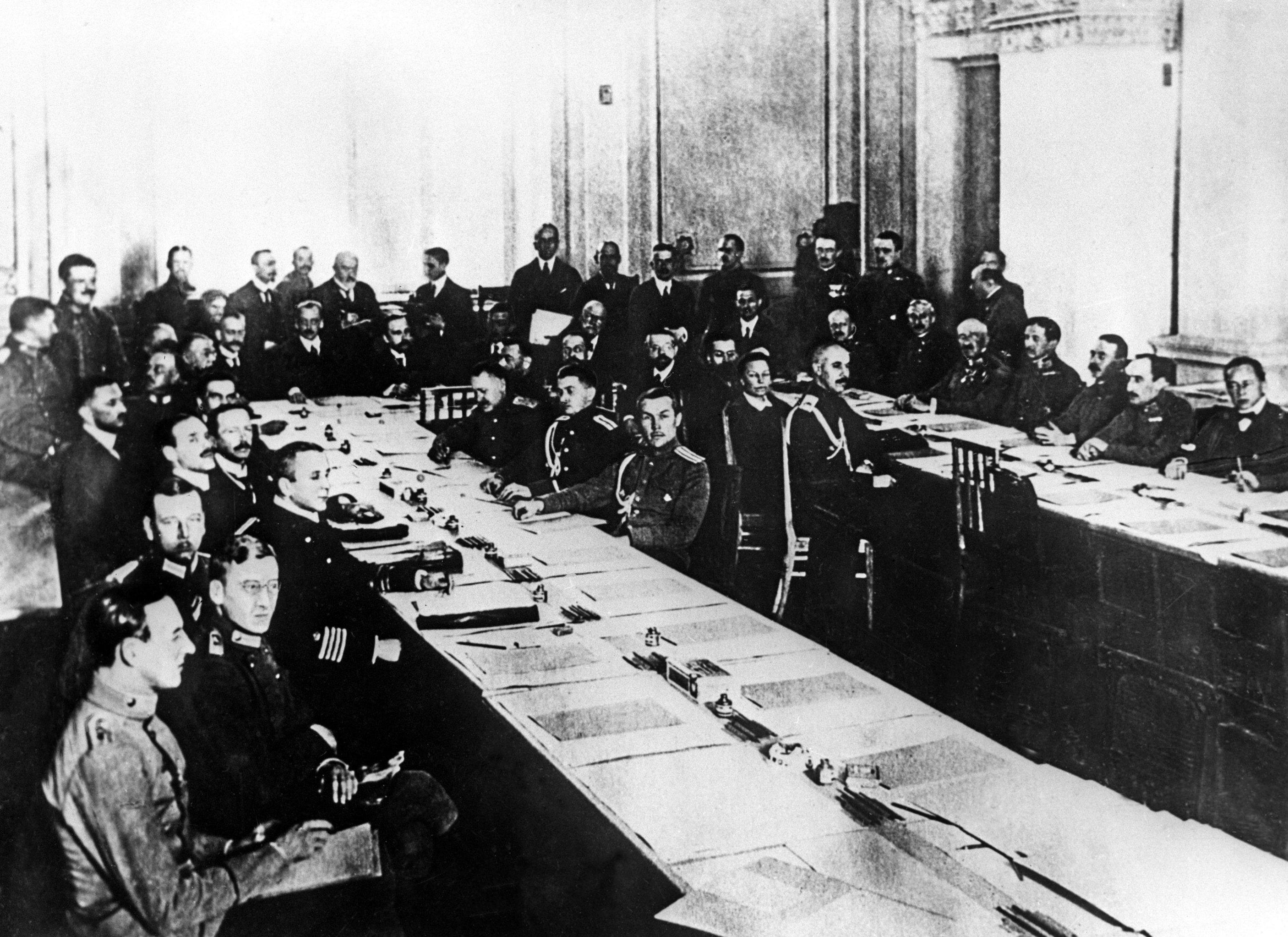 Il convegno di pace a Brest-Litovsk al quale fu sottoscritto il trattato di pace tra la Russia sovietica e la Germania, l'Impero austroungarico, l'Impero ottomano e il Regno di Bulgaria