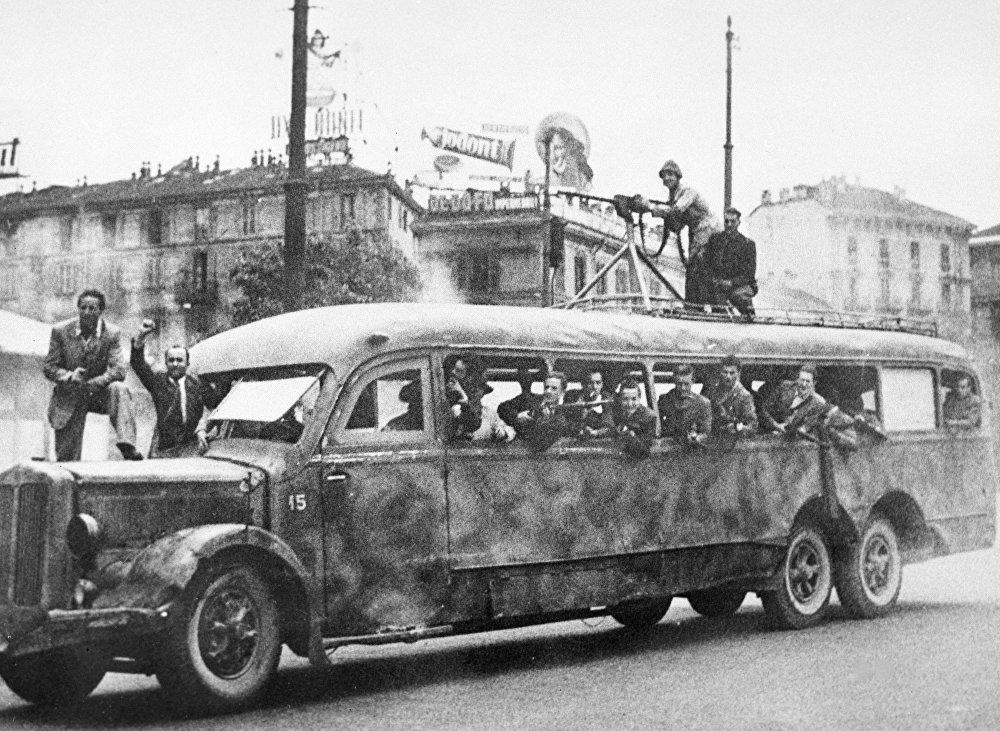 Un gruppo di partigiani a bordo di un autobus militare a Milano durante la Seconda guerra mondiale.