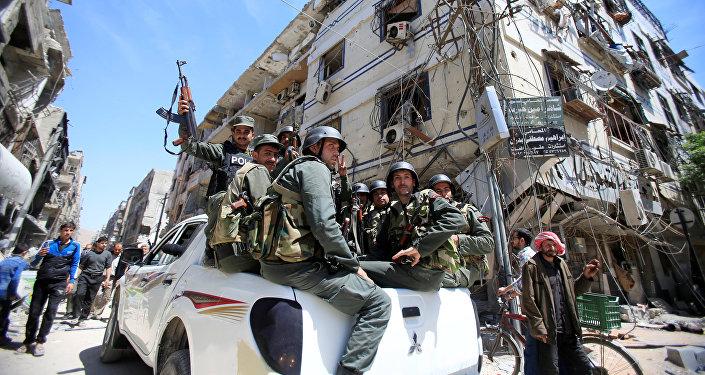 La polizia siriana nella Douma, Damasco, Siria