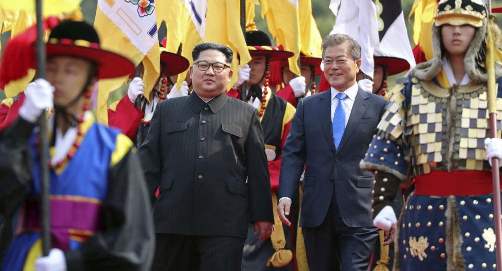 I capi di stato delle due Coree passano in rassegna il picchetto d'onore che li ha accolti.