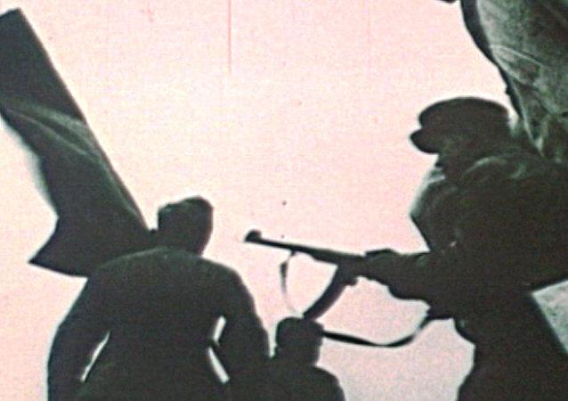 I soldati sovietici issarono la Bandiera della Vittoria  sul Reichstag 73 anni fa