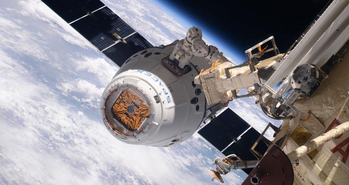 La navicella cargo SpaceX Dragon si aggancia all'ISS.
