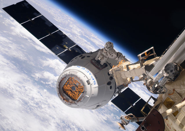 La navicella cargo SpaceX Dragon si aggancia all'ISS.